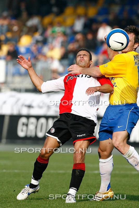 Nederland, Waalwijk, 15 oktober 2006 .Eredivisie .Seizoen 2006-2007 .RKC Waalwijk-Feyenoord (2-2) .Stephan Keller (r) van RKC Waalwijk grijpt Ali Boussaboun van Feyenoord bij de keel