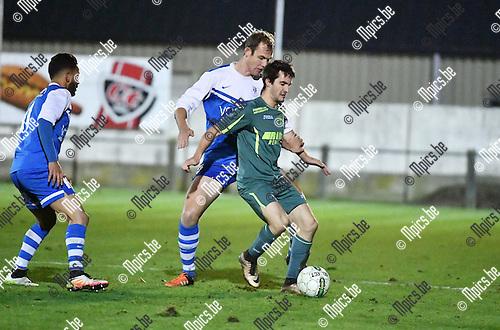 2016-11-12 / Voetbal / Seizoen 2016-2017 / Sint Lenaarts - Vosselaar / Joans Nijs in de rug van Pieter Fasseur (Sint Lenaarts)<br /> <br /> ,Foto: Mpics.be