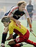 Champions Trophy Hockey mannen Nederland-Spanje (4-2). Teun de Nooijer stuit op de Spanjaard David Alegre.