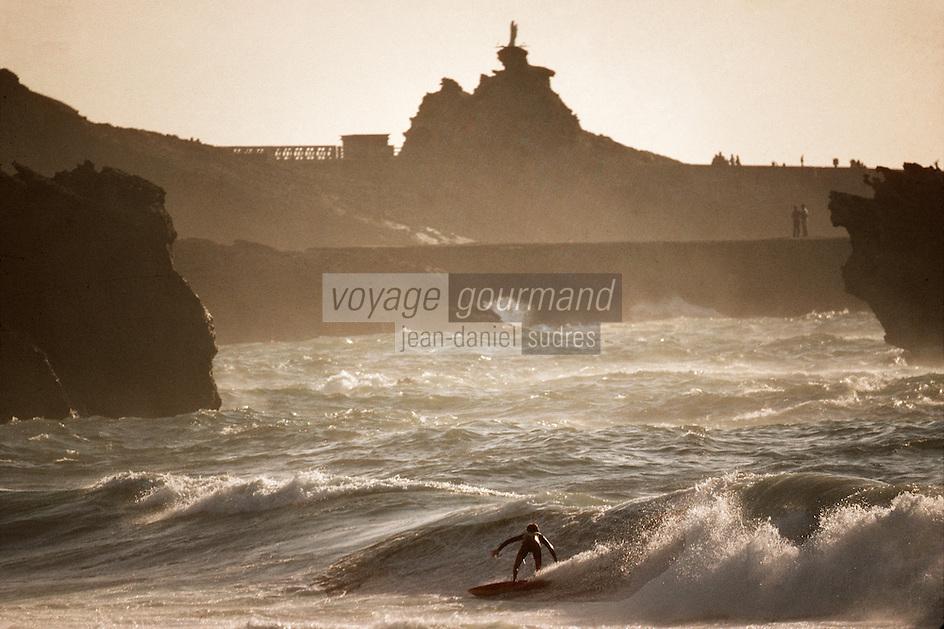 Europe/France/Aquitaine/64/Pyrénées-Atlantiques/Biarritz: Surfeur sur la grande plage et rocher de la Vierge