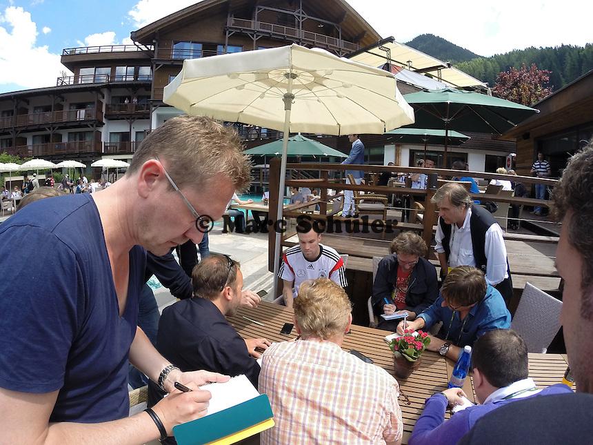 Medien  am Platz von Kevin Grosskreutz auf dem Media Day im Andreus Golf-Hotel  - Media Day der Deutschen Nationalmannschaft zur WM-Vorbereitung in St. Martin