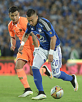 BOGOTA - COLOMBIA -21 -05-2015: Fernando Uribe (Der) jugador de Millonarios disputa el balón con Carlos Ramirez (Izq) jugador de Envigado FC durante partido de ida por los cuartos de final de la Liga Águila I 2015 jugado en el estadio Nemesio Camacho El Campín de la ciudad de Bogotá./ Fernando Uribe (R) player of Millonarios fights for the ball with Carlos Ramirez (L) player of Envigado FC during the first leg match for the final quarters of the Aguila League I 2015 played at Nemesio Camacho El Campin stadium in Bogotá city. Photo: VizzorImage / Gabriel Aponte / Staff.