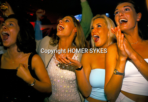 'ENGLAND'S WORLD CUP 1998', WOMEN ON A NIGHT OUT WATCH ENGLAND BEAT COLUMBIA 2-0 SPORTS CAFE, LONDON. 26-6-98, 1998