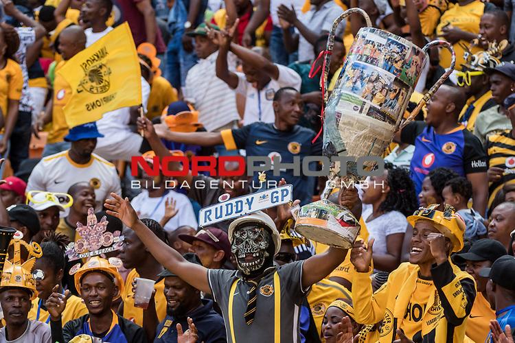 05.01.2019, FNB Stadion/Soccer City, Nasrec, Johannesburg, RSA, Premier League, Kaizer Chiefs FC vs Mamelodi Sundowns FC<br /> <br /> im Bild / picture shows <br /> Fan mit Totenkopf-Maske und Pokal feiert Ausgleich zum 1:1 auf Tribüne, <br /> during Matchday Kaizer Chiefs FC vs Mamelodi Sundowns FC, <br /> <br /> Foto © nordphoto / Ewert