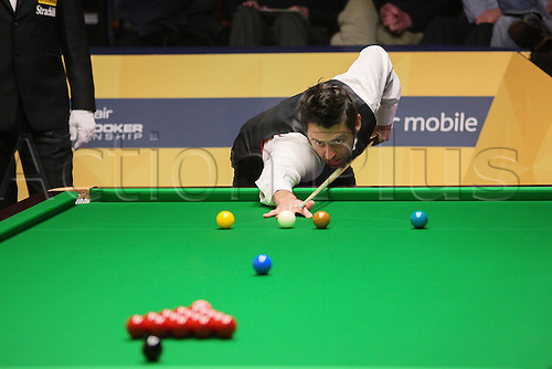 27.04.2013 Sheffield, England.Allister Carter in action against Ronnie o sullivan during the 2nd Round of the World Snooker Championships from The Crucible Theatre.