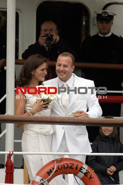 Hochzeit Heino Ferch<br /> <br /> Der Schauspieler Heino Ferch (41)  hat am Mittwoch, 10. August, seine Freundin Marie-Jeanette Steinle (28), Vielseitigkeitsreiterin, in seiner Geburtsstadt Bremerhaven an Bord des polnischen Seglers &quot;Dar Mlodzezy&quot; standesamtlich geheiratet. Hier stehen beide nach der Trauung an der Reeling und grŁŖen die Fans.<br /> <br /> Foto &copy; nordphoto <br /> <br />  *** Local Caption *** Foto ist honorarpflichtig! zzgl. gesetzl. MwSt.<br /> <br />  Belegexemplar erforderlich<br /> <br /> Adresse: nordphoto<br /> <br /> Georg-Reinke-Strasse 1<br /> <br /> 49377 Vechta