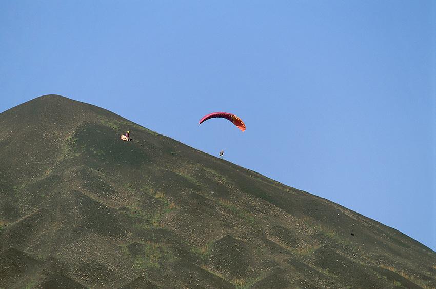 Parapente sur l'un des 2 terrils de la Fosse 11/19, Loos-en-Gohelle, Pas-de-Calais (62), France<br /> <br /> CD2/000553jlk