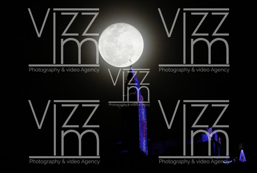 BOGOTÁ - COLOMBIA, 12-12-2019: Escena decembrina del Santuario de Monserrate con la última luna llena del año 2019 en la capital./<br /> Decembrine scene of the Sanctuary of Monserrate with the last full moon of the year 2019 in the capital.l. Photo: VizzorImage / Felipe Caicedo / Satff