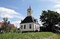 Nederland Durgerdam 2019. Houten kapel in Durgerdam. De Kapel is eigenlijk het oude raadhuis van het dorp. Waarschijnlijk heeft het gebouw zijn bijnaam gekregen omdat er in de middeleeuwen de mis werd gelezen. Ook was in het raadhuis de dorpsschool ondergebracht. In de 19e en het begin van 20ste eeuw was de visafslag er gevestigd.  Foto Berlinda van Dam / Hollandse Hoogte