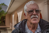 Jack Swart, der letzte Gefängniswächter von Nelson Mandela, vor dem Haus im Drakenstein-Gefängnis in der Nähe von Paarl, Südafrika, in dem Mandela in den letzten Monaten seiner 27 Jahre langen Gefangenschaft inhaftiiert war
