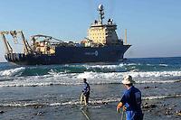 HAB301.- LA HABANA (CUBA) 09/02/2011.- Obreros cubanos arastran hoy, miércoles 9 de febrero de 2011, un cable submarino de fibra óptica en la playa de Siboney, en Santiago de Cuba. El cable, tendido desde Venezuela, permitirá a la isla mejorar sus telecomunicaciones y multiplicar su capacidad de acceso a internet. EFE/Miguel Rubiera
