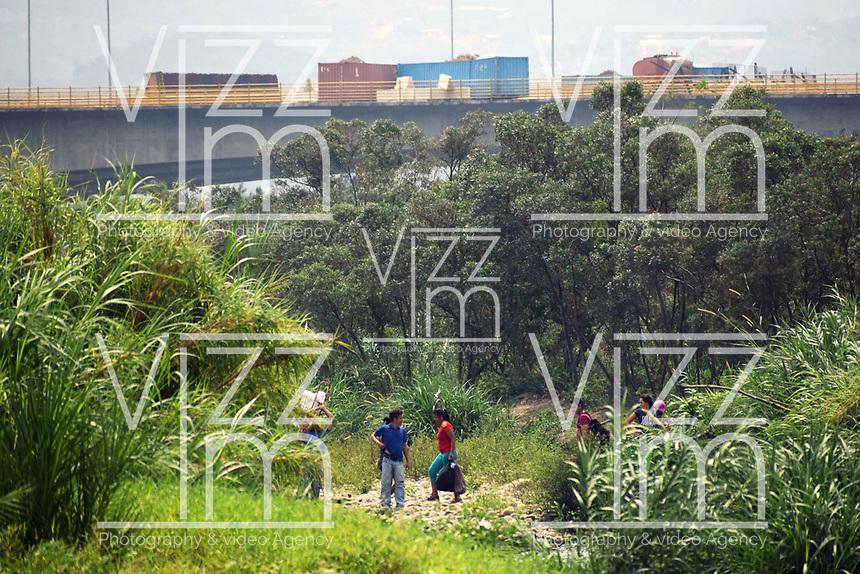 CUCUTA - COLOMBIA, 02-03-2019: Venezolanos tratan de pasar la frontera, por la trocha la 50 y 51, hacia Colombia hoy, 2 de marzo de 2019, huyendo de las dificiles condiciones en su país en donde el regimen de Nicolás Maduro disputa el poder con Juan Guaidó, presidente interino de Venezuela y reconocido por parte de la comunidad internacional. / Venezuelan people cross the border by the step walk the 50 and 51 today, March 02, 2019, to Colombia leaving the bad conditions of their country where the Maduro's regimen dispute the power with Juan Guaido interim president and recognized by many international comunity . Photo: VizzorImage / Manuel Hernandez / Cont