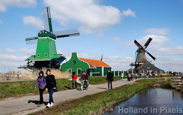 Toeristen bij Zaanse Schans. De groene molen is de Gekroonde Poelenburg