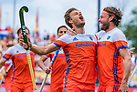 Den Bosch  -  Jeroen Hertzberger (Ned) brengt de stand op 4-2   tijdens   de Pro League hockeywedstrijd heren, Nederland-Belgie (4-3).  rechts Bob de Voogd (Ned)  ,   COPYRIGHT KOEN SUYK