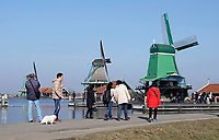 Nederland -  Zaanstad -  2018. Toeristen in Zaanse Schans.  Foto Berlinda van Dam / Hollandse Hoogte