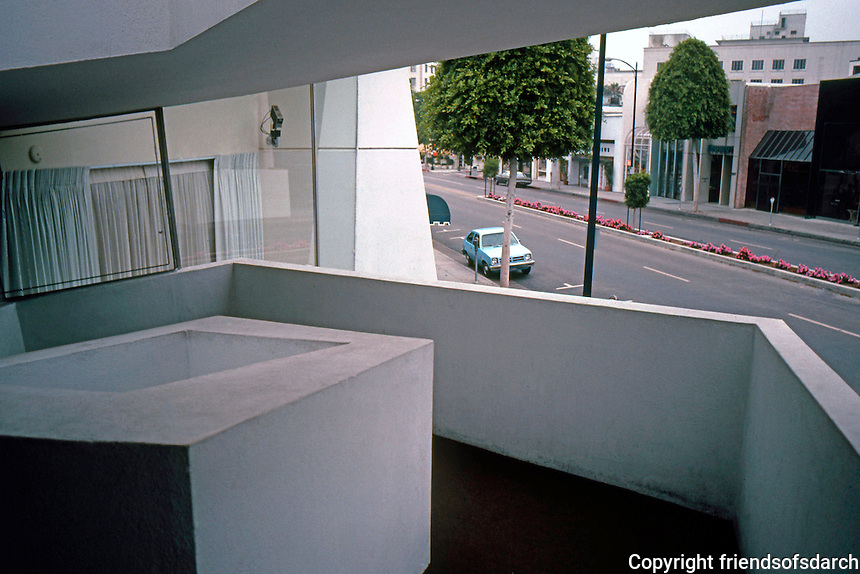 F.L. Wright: Anderton Court Bldg. (Zig-zag Guggenheim)   Photo '82.