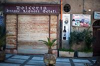 Corleone, Sicilia. Una antica dolceria chiusa, nel centro di Corleone dove viene venduto l'amaro del Padrino.<br /> Il paese che da molti &egrave; considerato come il luogo dove sia nata la Mafia, si ritrova dopo la morte di Tot&ograve; Riina, a dover far i conti con una pesante eredit&agrave;. A Corleone vivono poco pi&ugrave; di 11 mila abitanti e il comune &egrave; stato sciolto per infiltrazioni mafiose nell&rsquo;agosto del 2016.