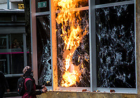 BOGOTÁ - COLOMBIA, 27-09-2019:En una asonada con bombas Molotov y piedras  por parte de encapuchados contra el edificio del ICETEX  termino la  marcha de los estudiantes de las universidades públicas y privadas en protesta por la corrupción administrativa y los excesos del ESMAD de la Policia Nacional./In an assault with Molotov bombs and hooded stones against the ICETEX building, the march of students from public and private universities ended in protest against administrative corruption and the excesses of the National Police ESMAD. Photo: VizzorImage / Nicolás Alemán / Contribuidor