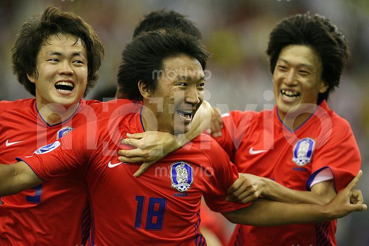 Fussball International U 20 WM Eroeffnungsspiel Korea - USA JUBEL KOREA; Torschuetze YoungRok Shin (mitte) umarmt von Chung Yong Lee (re) und Kwang Hoon Shin (li)