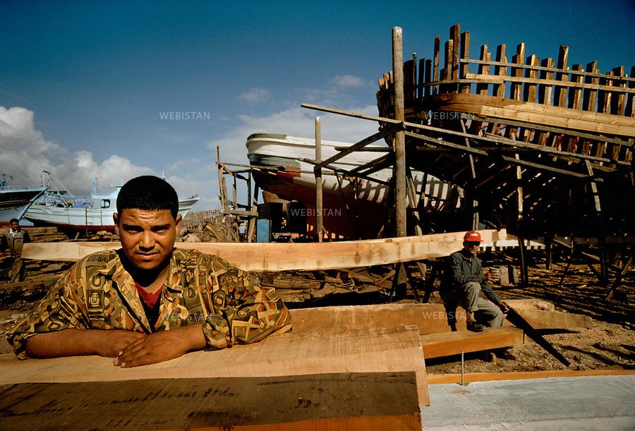 Egypt. Nile Delta. 1996. <br />At the Eastern mouth of the Nile, worker at work on Izbat al-Burj s shipyard. Lots of children work on the shipyard. <br />This photo was shot during a reportage on the Nile Delta for National Geographic Magazine.<br /><br />&Eacute;gypte. Delta du Nil. 1996. <br />A l'embouchure Est du Nil, ouvrier au travail sur le chantier naval de Izbat al-Burj. Beaucoup d'enfants travaillent sur le chantier.<br />Image prise dans le cadre d'un reportage sur le Delta du Nil pour le National Geographic magazine.