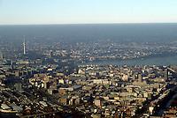 Deutschland, Hamburg, Feinstaub, Inversionswetterlage, es ist genau der Streifen der Inversion zu erkennen, unterhalb der wärmeren Luftschicht ist der Smog zu sehen.