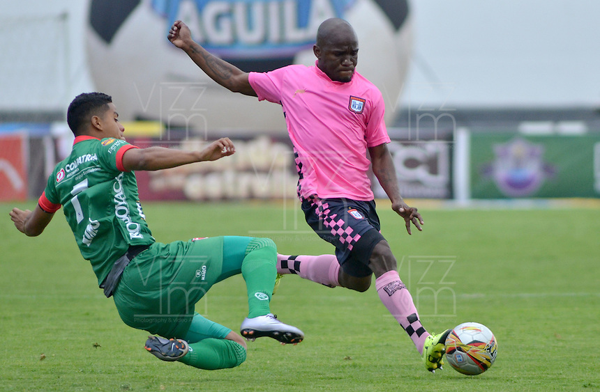 TUNJA -COLOMBIA, 21-03-2016. Fausto Obeso (Der) jugador de Boyacá Chicó FC disputa el balón con Kevin Rendon (Izq) jugador de Patriotas FC durante partido por la fecha 10 Liga Águila I 2016 realizado en el estadio La Independencia en Tunja. / Fausto Obeso (R) player of Boyaca Chico FC fights for the ball with Kevin Rendon (L) player of Patriotas FC during match for the date 10 of Aguila League I 2016 played at La Independencia stadium in Tunja. Photo: VizzorImage/César Melgarejo/Cont