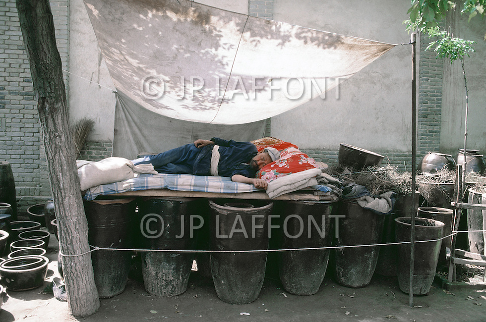 September, 1985. Shaanxi Province, China. Farmer sleeping in the area of Wuqi.