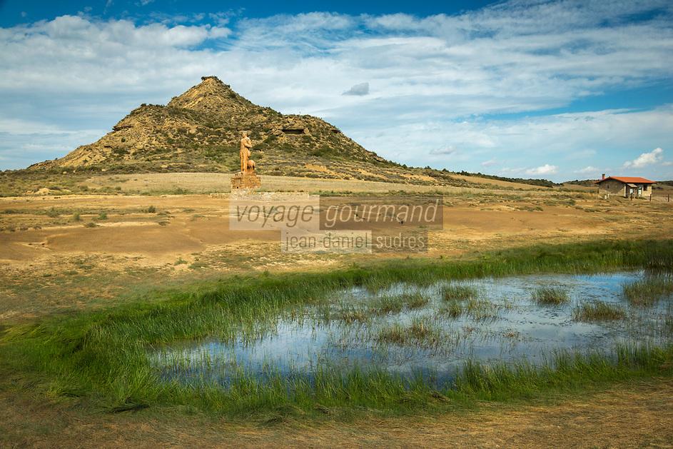 Europe, Espagne, Navarre, env de Carcastillo : Parc Naturel des Bardenas Reales, Le 18 septembre, El Paso :  Etang et Monument au berger // Europe, Spain, Navarre, near Carcastillo, El Paso :  Pond and Monument to the shepherd