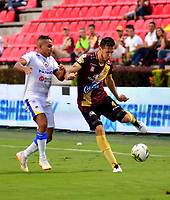 IBAGUE - COLOMBIA, 14-04-2019: Juan Pablo Vargas de Deportes Tolima disputa el balón con Ray Vanegas de Deportivo Pasto, durante partido entre Deportes Tolima y Deportivo Pasto, de la fecha 15 por la Liga Águila I 2019, jugado en el estadio Manuel Murillo Toro de la ciudad de Ibague. / Juan Pablo Vargas of  Deportes Tolima vies for the ball with Ray Vanegas of Deportivo Pasto, during a match between Deportes Tolima and Deportivo Pasto of the 15th date for the Aguila League I 2019, played at Manuel Murillo Toro stadium in Ibague city. Photo: VizzorImage / Juan Carlos Escobar / Cont.