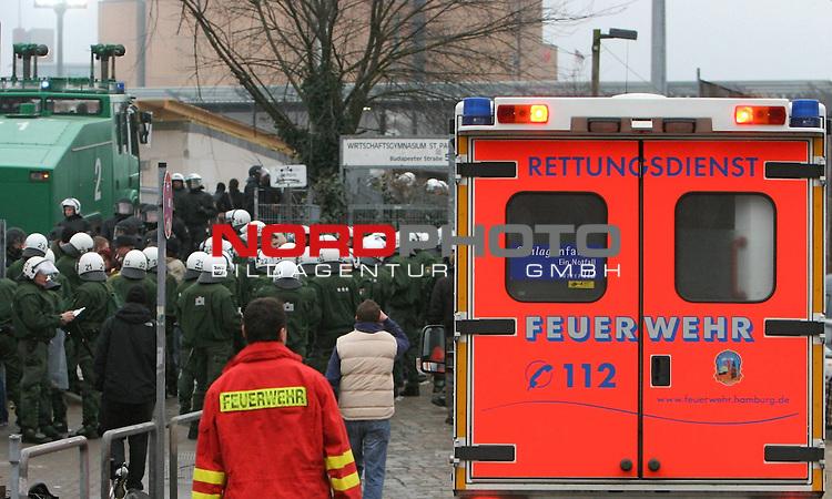2.Liga FBL 2008/2009  23. Spieltag R&uuml;ckrunde<br /> FC St.Pauli &ndash; FC Hansa Rostock 3:2<br /> <br /> <br /> Hohes Polizeiaufkommen incl. Wasserwerfer und Krankenwagen vor der G&auml;stekurve an der U-Bahnstation Feldstrasse.<br /> <br /> <br /> <br /> Foto &copy; nph (nordphoto)<br /> <br /> *** Local Caption ***
