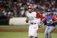 Chris Roberson de Mexico es puesto out en un tira tira con Willian Saavedra de Cuba , durante el segundo partido semifinal de la Serie del Caribe en el nuevo Estadio de  los Tomateros en Culiacan, Mexico, Lunes 6 Feb 2017. Foto: AP/Luis Gutierrez
