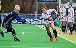AMSTELVEEN - Daphne van der Vaart (Pin) met Marijn Veen (A'dam)    tijdens de hoofdklasse competitiewedstrijd dames, Pinoke-Amsterdam (3-4). COPYRIGHT KOEN SUYK