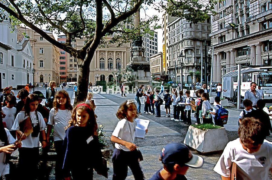 Estudantes em visita ao Pátio do Colégio, São Paulo. 2003. Foto de Juca Martins.
