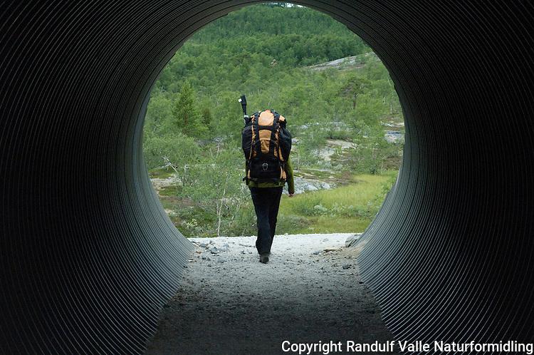 Jente i jernbaneundergang ved Lønsdal Stasjon på Nordlandsbanen. ---- Girl walking through tunnel under railway.