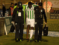 TUNJA -COLOMBIA, 19-04-2014. Orlando Berrio del Atletico Nacional sale lesionado durante partido con Patriotas FC por la fecha 18 de la Liga Postobón I 2014 realizado en el estadio La Independencia en Tunja./ Orlando Berrio (C) of Atletico Nacional leaves the field injured during the match with Patriotas FC for the 18th date of Postobon  League I 2014 at La Libertad stadium in Tunja. Photo: VizzorImage/Jose Miguel Palencia/STR