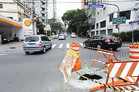 SAO PAULO, SP, 04.11.2013 -Moradores do Jd Paulista coloca uma faixa comemorativa de aniversario de 1 ano de um buraco no cruzamento da Rua Alameda Campinas com Rua Alameda Lorena . -  Adriano Lima / Brazil Photo Press)