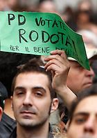 Manifestanti protestano contro la rielezione di Giorgio Napolitano alla Presidenza della Repubblica, davanti a Montecitorio, Roma, 20 aprile 2013..Demonstrators attend a protest against the re-election of the Italian President Giorgio Napolitano, in front of the Lower Chamber, Rome, 20 April 2013..UPDATE IMAGES PRESS/Riccardo De Luca