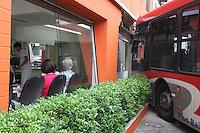 SAO PAULO, SP, 16 DE MARCO 2013 - ONIBUS X IMOVEL - Onibus perde controle atinge um salão de cabelereiros no bairro Vila Mariana regiao sul da cidade de Sao Paulo niguem ficou ferido na tarde deste sabado, 16. FOTO: LUIZ GUARNIEIRI - BRAZIL PHOTO PRESS.