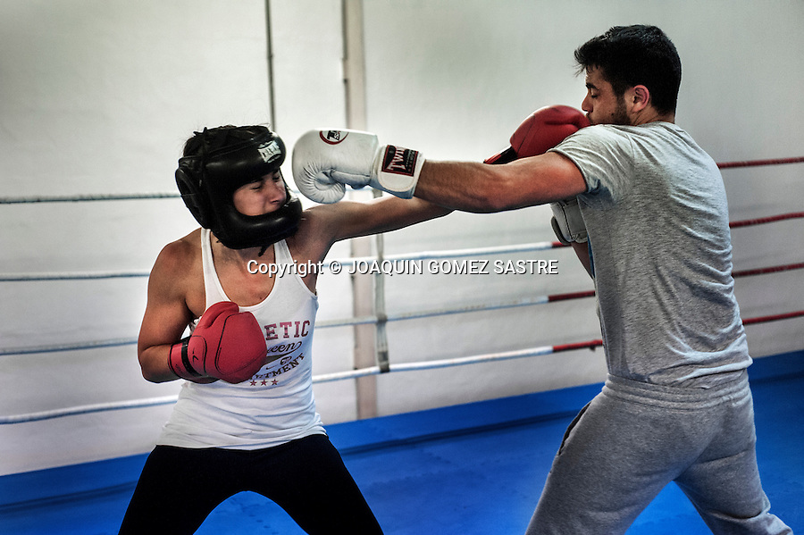 Making a session Gloves amateur boxer Pilar de la Horadada in training