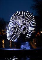 Nederland Amsterdam 2015. Amsterdam Light Festival. Talking Heads van Viktor Vicsek in de Herengracht.