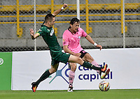 BOGOTA - COLOMBIA -21 -10-2016: Jean Blanco (Izq.) jugador de La Equidad disputa el balón con Ali Manouchehri (Der.) jugador de Boyaca Chico FC, durante partido entre La Equidad y Boyaca Chico FC, por la fecha 17 de la Liga Aguila II-2016, jugado en el estadio Metropolitano de Techo de la ciudad de Bogota. / Jean Blanco (L) player of La Equidad vies for the ball with Ali Manouchehri (R) player of Boyaca Chico FC, during a match La Equidad and Boyaca Chico FC, for the  date 17 of the Liga Aguila II-2016 at the Metropolitano de Techo Stadium in Bogota city, Photo: VizzorImage  / Luis Ramirez / Staff.