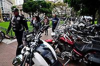 """BUENOS AIRES, ARGENTINA, 12.04.2014 - <br /> Centenas de motociclistas se reuniram para a Plaza de Mayo para protestar contra uma lei proposta pelo governador Buenos Aires, Daniel Scioli, que iria forçá-los a levar seu número da placa pintado no capacete e um colete a companheira com um id. Scioli diz que a lei serviria para controlar o aumento do número de roubos cometidos por """"motochorros"""" (gíria para os ladrões que atuam em motocicletas). Os manifestantes afirmam tal lei seria não só contra a Constituição, mas completamente inútil. (FOTO: PATRICIO MURPHY / BRAZIL PHOTO PRESS)."""