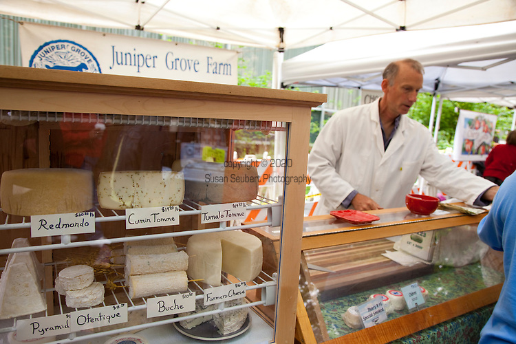 The extremely popular Saturday Portland Farmers' Market, located in the South Park Blocks near the Portland State University Campus, offers a large selection of locally grown organic produce, fish, meat and foodstuffs.