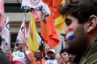 SAO PAULO, 25 DE JUNHO DE 2012 - MANIFESTACAO CONTRA O GOLPE PARAGUAI - Entidades sociais, sindicais, estudantis e organizações políticas manifestam contra o impeachment do presidente Paraguaio Fernando Lugo, na frente do consulado do Paraguai, regiao sul da capital, na tarde desta segunda feira. FOTO: ALEXANDRE MOREIRA - BRAZIL PHOTO PRESS
