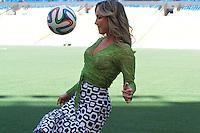 RIO DE JANEIRO, RJ, 23.01.2014 - Claudia Leitte brinca com a bola ofiical no gramado do Maracanã após o anúncio de quem interpretará a música oficial da Copa do Mundo. (Foto. Néstor J. Beremblum / Brazil Photo Press)
