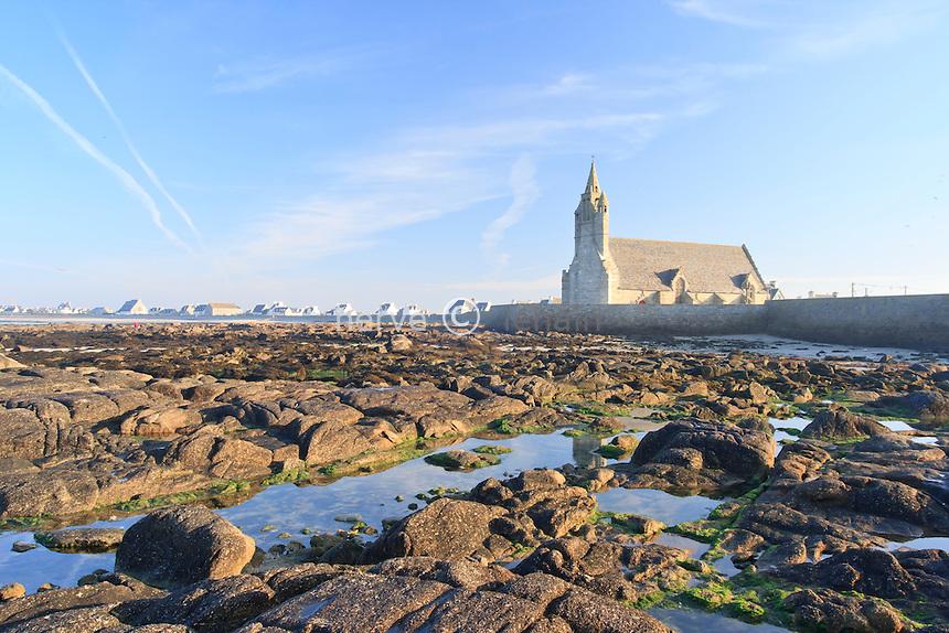 France, Finistère (29), Penmarc'h, chapelle Notre-Dame-de-la-Joie et les rochers à marée basse // France, Finistere, Penmarc'h, chapel Notre-Dame-de-la-Joie and rocks in low tide
