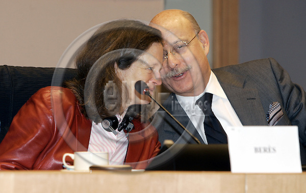 "BRUSSELS - BELGIUM - 21 FEBRUARY 2006 -- Committee On Economic and Monetary Affairs - ""How to raise growth in the Euro area?"" - A debate with National Parliaments. -- MEP Pervenche BERES (L) (Socialist Group /FR), Chairwoman of the Committee on Economic and Monetary Affairs and Jeremy RIFKIN, president of the Foundation on Economic Trends -- PHOTO: JUHA ROININEN / EUP-IMAGES"