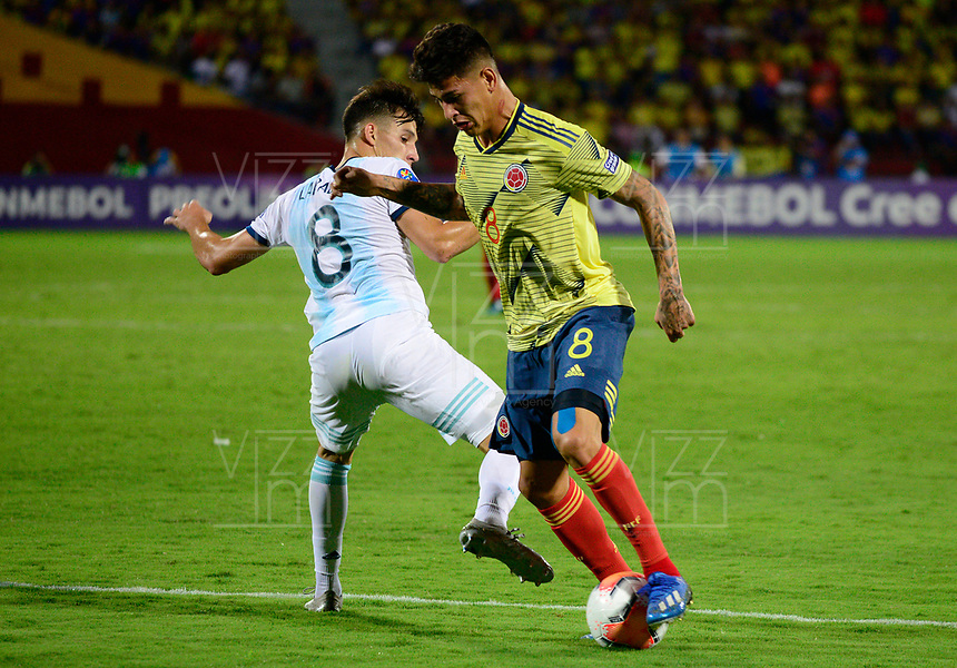 BUCARAMANGA - COLOMBIA, 06-02-2020: Nicolas Capaldo de Argentina disputa el balón con Jorge Carrascal de Colombia durante partido entre Argentina U-23 y Colombia U-23 por el cuadrangular final como parte del torneo CONMEBOL Preolímpico Colombia 2020 jugado en el estadio Alfonso Lopez en Bucaramanga, Colombia. / Nicolas Capaldo of Argentina fights the ball with Jorge Carrascal of Colombia during the match between Argentina U-23 and Colombia U-23 for the final quadrangular as part of CONMEBOL Pre-Olympic Tournament Colombia 2020 played at Alfonso Lopez stadium in Bucaramanga, Colombia. Photo: VizzorImage / Julian Medina / Cont