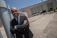 Quer&eacute;taro, Qro. 11 de junio de 2015.- El alcalde electo Marcos Aguilar Vega, recibi&oacute; esta d&iacute;a su constancia de Mayor&iacute;a en la oficina de la distrital III en la capital del Estyado. Luego de este protocolo, realiz&oacute; una visita cortes&iacute;a al Centro C&iacute;vico con el actual alcalde interino Luis Cevallos.<br /> <br /> En el lugar recibi&oacute; mustias de cari&ntilde;o de algunos ciudadanos que realizaban tr&aacute;mites y de personal de limpia. <br /> <br /> Foto: Demian Ch&aacute;vez / Obture.
