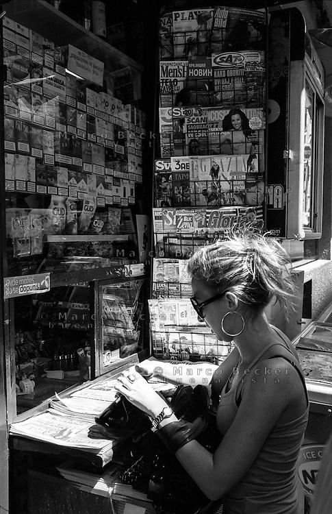 Belgrado, una giovane donna ad una edicola tabacchi --- Belgrade, a young woman at a tobacco newsstand